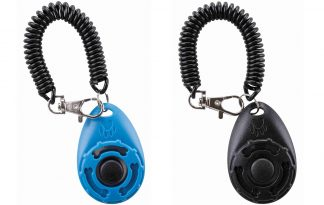 De Trixie sporting clicker is een perfect hulpmiddel voor het trainen van jouw hond. Door de spiraalband heb je de clicker snel bij de hand, zodat je het juiste moment kan markeren en belonen. Zo bekrachtig je altijd het gewenste gedrag en daardoor gaat een hond dit gedrag vaker vertonen.