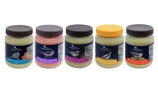 De Vogelbescherming vogelpindakaas is een gezonde en smakelijk traktatie! Verkrijgbaar in verschillende vullingen, zoals met noten en insecten of met meelwormen. Alle varianten zijn vrij van zout en daardoor gezond.