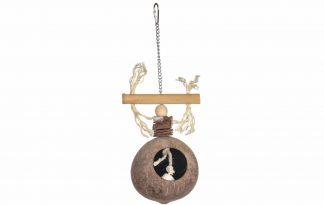 De Bird Toy Cottage is gemaakt van bamboe en kokosnoot en daardoor een 100% natuurlijk speeltje voor vogels. Voorzien van speelse touwtjes voor extra uitdaging. Daarnaast is het ook mogelijk om in de kokosnoot een snack te verstoppen.