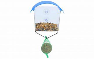 Het Boony Raamvoederhuisje met mezenbolhouder zorgt ervoor dat jij de vogeltjes van wel heel dichtbij kan bekijken. Met behulp van twee zuignappen plaats je het voederhuisje tegen het raam en vult het met strooivoer.