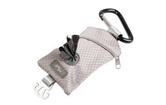 Met de Duvo+ poepzakdispenser nylon heb je altijd poepzakjes bij de hand tijdens een wandeling of uitje met de hond. Door de karabijnhaak is de dispenser eenvoudig te bevestigen aan bijvoorbeeld de hondenriem of sleutelbos.