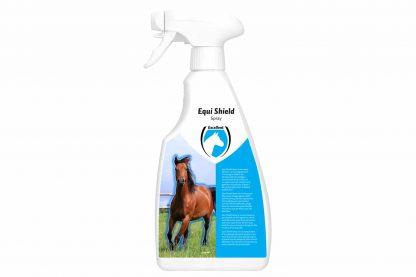 Excellent Equi Shield bevat een samenstelling van geurstoffen die de (zweet)geur bij paarden neutraliseert. Ideaal voor paarden of pony's die veel op de wei staan of buitenritten maken. Daarnaast heeft de samenstelling een verzorgende werking voor de vacht. Wanneer paarden sterk zweten is het raadzaam na enkele uren nogmaals te herhalen.