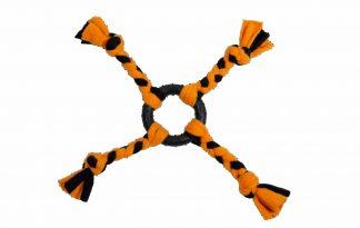 De Jack & Vanilla Amarok ring met vier fleecetouwen is zeer geschikt voor een trekspelletje met jouw hond. Door de vier touwen pak je het spelletje gemakkelijk goed vast. Daarnaast kan je het speeltje door de touwen ook ver weg werpen en een leuk apporteer spelletje spelen.