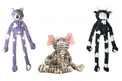 De Jack & Vanilla Shizzlies hondenknuffel heeft extra lange armen en benen, waardoor het een uitdagend speeltje is voor honden.