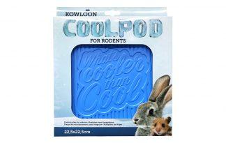De Kowloon Cool Pod zorgt voor extra verkoeling bij knaagdieren op warme dagen. Door het bijgeleverde haakje is het ook mogelijk om de koeltegen aan de tralies te bevestigen. Daarnaast kan je de koeltegen natuurlijk ook op de grond plaatsen, zodat de dieren er bij of op gaan zitten.