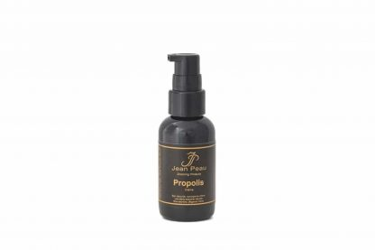 De Je Propolis Crème heeft een verzorgende en beschermende werking en is daardoor zeer geschikt voor wondjes of andere huidbeschadigingen. Propolis werkt verzachtend en biedt bescherming tegen onder andere ongewenste bacteriën en schimmels.