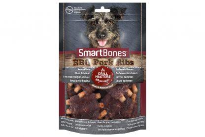 De Smartbones BBQ Pork Ribs zijn onweerstaanbaar, doordat ze gemaakt zijn van varkensvlees en eruit zien als echt barbecuevlees. De hondensnack is verrijkt met mineralen en vitaminen en bevat geen runderhuid, daardoor is het vetarm en licht verteerbaar. Ideaal als beloning.