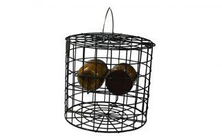 De Vogelpindakaas pothouder heeft plek voor twee pindakaaspotten en voorziet daardoor alle vogeltjes van iets lekkers. De constructie is zo gemaakt dat grote vogels zoals kraaien of duiven niet bij de pindakaas kunnen.
