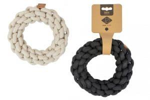 De D&D Home Concept Ben gevlochten ring is een stevig gevlochten flosring, gemaakt van 100% katoen en daarmee erg duurzaam.