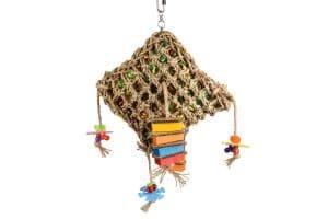 Het Flamingo vogelspeelgoed rechthoekig-net is gevuld met gekleurd speelgoed voor optimaal plezier! Dit speelgoed stimuleert natuurlijk gedrag.