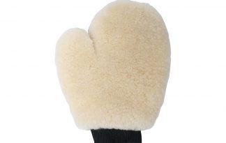 De poetshandschoen Merino is een wollen handschoen met elastische boord. Strijk na het poetsen over de vacht van je paard met de handschoen, dit zorgt voor een optimaal glanseffect.
