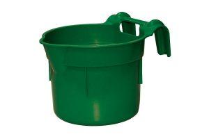 De Kerbl HangOn Voerbak is een voedertrog met een maximale inhoud van 8 liter.De voertrog kan opgehangen worden aan balken of kokers tot 4 cm in breedte. Deze voedertrog is gemaakt van stevig en duurzaam kunststof.