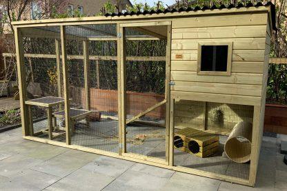 Het maatwerk konijnenhok met ren en verhoogd nachthok met plateau is een zeer degelijk op maat gemaakt konijnenhok.