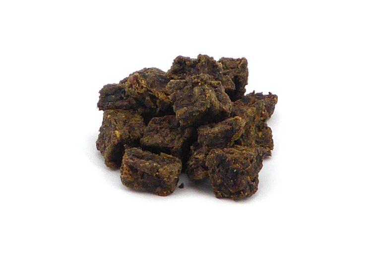 De Vleesbrokjes Paard zijn een heerlijke snack voor je hond. Een 100% natuurlijk product afkomstig van het paard. Deze heerlijke hondensnacks zijn geschikt voor elke hond.