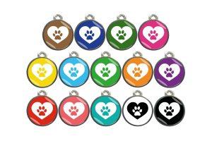 Een leuke hondenpenning van een mooie kwaliteit met een hartje met daarin een hondenpoot in verschillende kleuren.