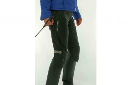 De Harry's Horse Rainlegs is een innovatieve regenbroek. De Rainlegs beschermen de benen tegen regen, wind en afkoeling. Kleur: zwart.