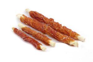 De Rawhide met kip is een kauwsticks gedraaid uit gezuiverd runderhuid van premium kwaliteit. Deze sticks zijn omwikkeld met kip, waardoor ze extra lekker zijn. Deze snack kan gegeven worden als aanvulling op de dagelijkse maaltijd, en is tevens goed voor het gebit van je hond.