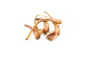 Gedroogde varkensstaart is een heerlijke stevige snack voor je hond. Een 100% natuurlijk snack afkomstig van het varken. De verrukkelijke rooksmaak en randjes vet zal je hond zeker verleiden.